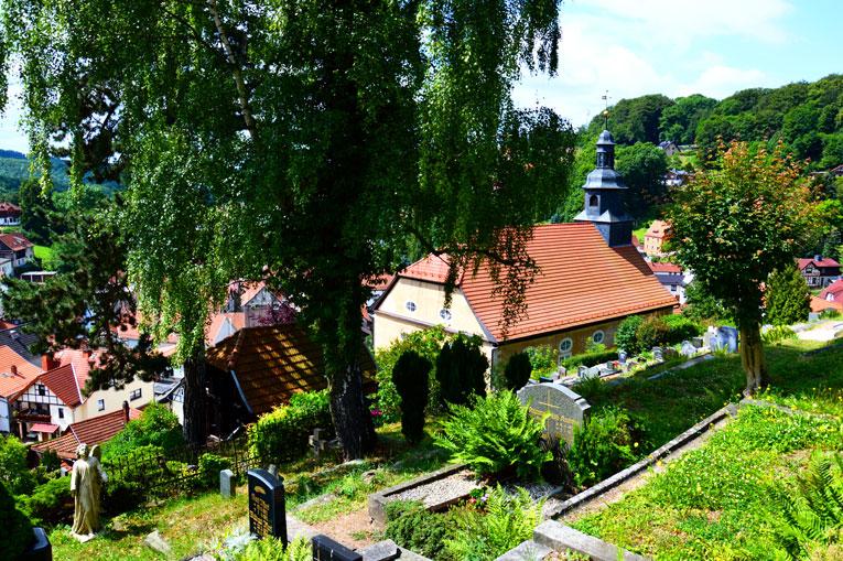 Kirche mit Bergfriedhof in Steinbach bei Bad Liebenstein